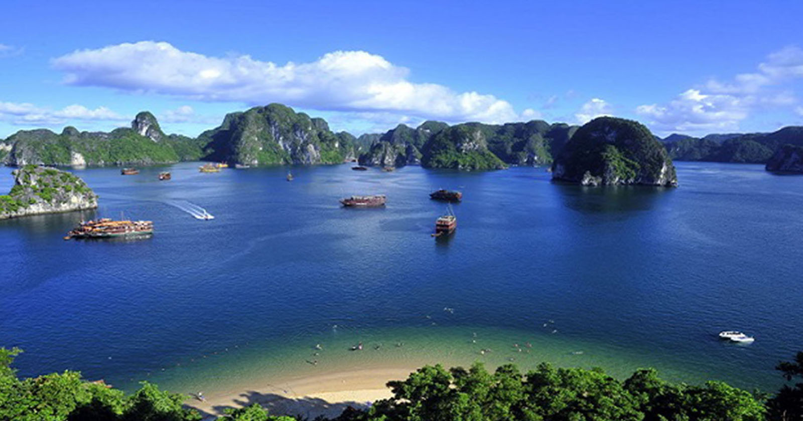 <div>Experience overnight on 5* Cruise in Halong Bay - A site of New7Wonders</div>